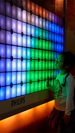 Un niño con el Lienzo luminoso Imagination de Philips Lighting